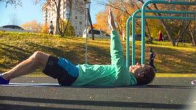 做芭蕾舞蹈艺术的年轻灵活的人在运动场行使 影视素材