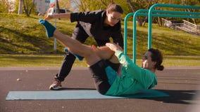 做芭蕾舞蹈艺术的年轻灵活的人在运动场行使 股票视频
