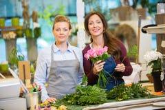 做花束的卖花人玫瑰在商店 免版税库存照片
