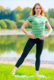 做苗条的运动员舒展锻炼肌肉 免版税库存照片