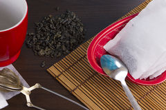 做茶在厨房里 免版税库存图片