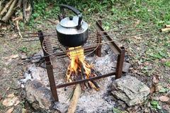 做茶在阵营火 免版税库存图片