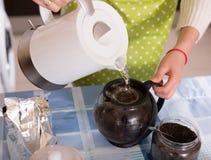 做茶的主妇特写镜头 免版税图库摄影