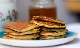 做薄煎饼由全麦撒粉于,用早餐与全家 图库摄影