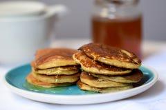 做薄煎饼由全麦撒粉于,用早餐与全家 免版税库存照片