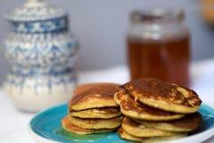 做薄煎饼由全麦撒粉于,用早餐与全家 免版税库存图片
