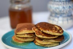 做薄煎饼由全麦撒粉于,用早餐与全家 库存图片