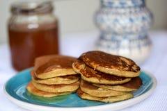 做薄煎饼由全麦撒粉于,用早餐与全家 免版税图库摄影