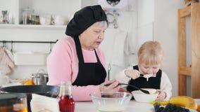 做薄煎饼的家庭 舔面团的女孩 股票录像