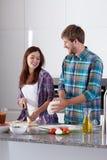 做薄饼在厨房里 免版税库存图片