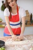 做薄饼或面包的女性手面团在木桌 烘烤概念 免版税库存图片