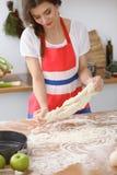 做薄饼或面包的女性手面团在木桌 烘烤概念 免版税图库摄影