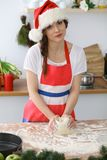 做薄饼或面包的女性手面团在木桌 烘烤概念 免版税库存照片