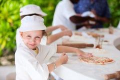 做薄饼的孩子 库存图片