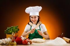 做薄饼的面团女孩 免版税库存照片