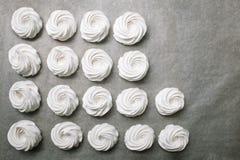 做蛋白软糖的过程 关闭厨师的手有糖果店袋子奶油的对羊皮纸在面包点心店 库存照片