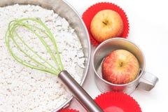 做蛋糕、面粉、苹果和糖的成份和工具 免版税库存照片