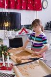 做蛋糕的女孩 免版税库存照片
