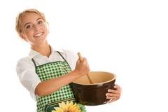 做蛋糕的愉快的妇女 免版税库存图片