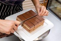 做蛋糕的过程 免版税库存照片