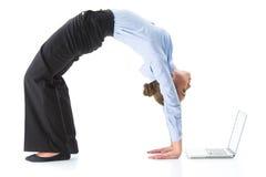 做螃蟹瑜伽姿势的妇女在演播室 免版税库存图片