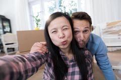 做表情的怀孕的夫妇 免版税库存照片