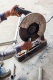 做被切开的钢的一个人 免版税库存图片