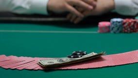 做被打赌的瞎的一会儿副主持人的赌客拖曳和移交卡片赌博娱乐场 影视素材