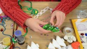 做装饰的孩子的假日、工艺和玩具,圣诞树和其他 绘画水彩 顶视图 艺术品workpl 股票录像