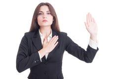 做誓言姿态用手的年轻女性律师在心脏 库存图片
