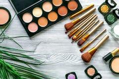 做设置与装饰化妆用品在妇女桌背景顶视图 图库摄影