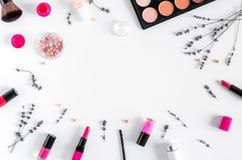 做设置与装饰化妆用品妇女书桌背景顶视图大模型 免版税库存图片