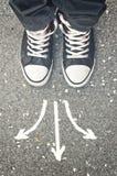 做评级符号投票的决策 男性脚从上面 免版税图库摄影