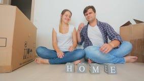做词家的愉快的年轻夫妇由木块 股票录像
