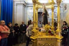 做请求的需要的香客对圣本尼迪克特雕象 免版税库存图片