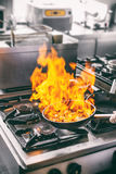 做调味汁的主厨flambe 免版税库存照片