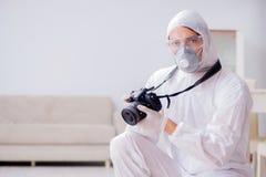 做调查的犯罪现场的法医学专家 免版税图库摄影