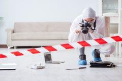 做调查的犯罪现场的法医学专家 图库摄影