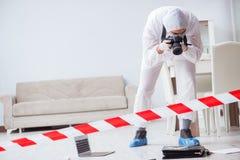 做调查的犯罪现场的法医学专家 免版税库存照片