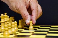 做象棋移动的人的手 库存图片