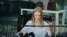 做购物的俏丽的女孩在衣裳商店 股票录像