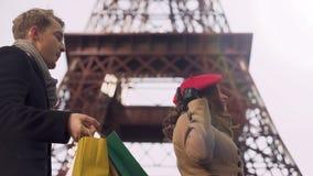 做购物的富有的夫人在迫使她的男朋友的巴黎运载她购买 影视素材