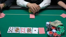 做赌注在解毛机前,增长的阴谋包括一切,赌博娱乐场的打牌者 股票视频