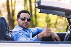 做赞许的黑拉丁美洲的司机 免版税库存照片