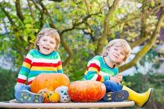 做起重器o灯笼的两个小兄弟姐妹男孩为在a的万圣夜 免版税图库摄影