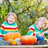 做起重器o灯笼的两个小兄弟姐妹男孩为在a的万圣夜 免版税库存照片