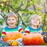 做起重器o灯笼的两个小孩男孩为在autum的万圣夜 库存图片