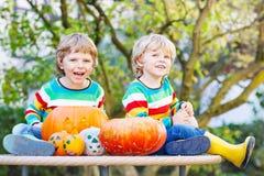 做起重器o灯笼的两个小朋友男孩为在a的万圣夜 免版税库存图片
