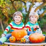 做起重器o灯笼的两个小朋友男孩为在a的万圣夜 库存照片