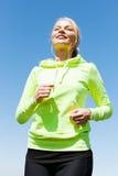 做跑的妇女户外 免版税库存照片
